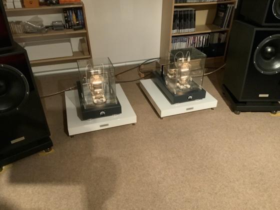 Silvercore TB3/1000 auf Akustik Manufaktur Endstufenbasen