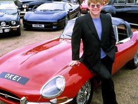 Elton John mit einem Teil seiner Sammlung