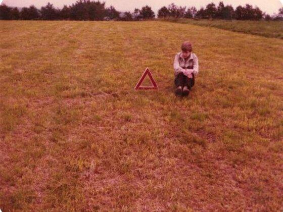 Markus Berzborn und Warndreieck auf Wiese 1981