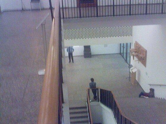 Treppenhaus des MAKK am Tag vor der Aufführung von Fraktale X