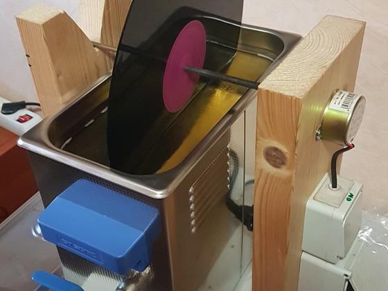 einfache Holzträger Konstruktion Bad mit Ablaufhahn